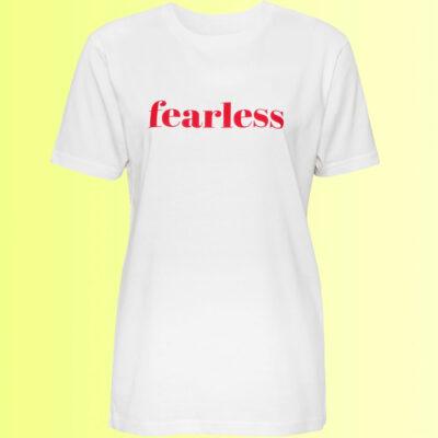 cooles weisses shirt mit rotem fearless aufdruck für damen und herren