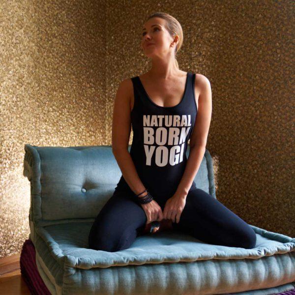 Frau mit schwarzem Tank Top mit Aufdruck Natural Born Yogi.