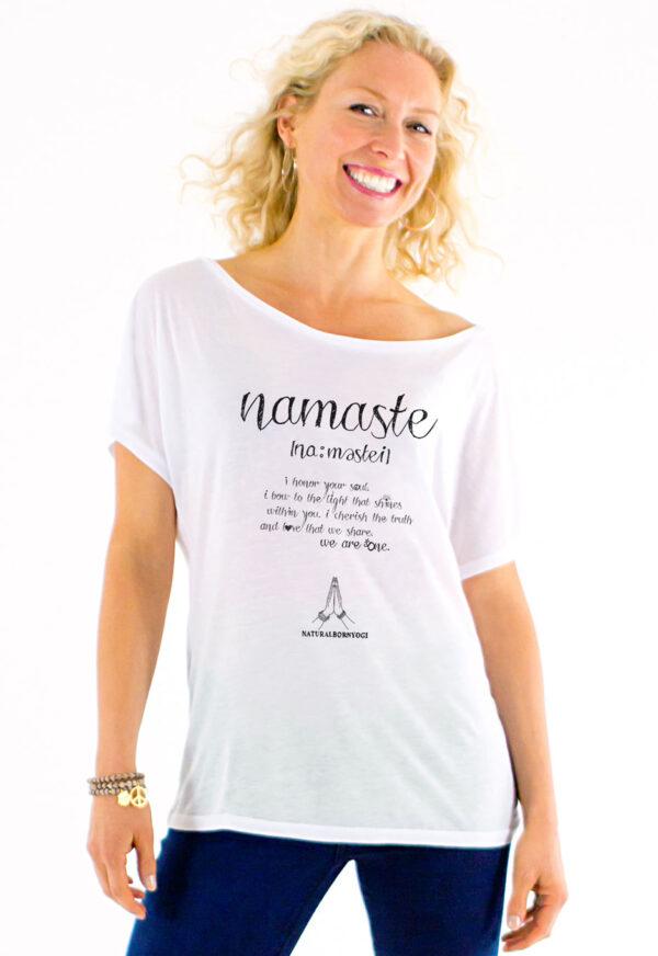 Frau mit weissem Yoga Tshirt mit Namaste Aufdruck von Natural Born Yogi