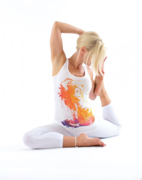 Yogini mit weissem Tank Top mit Aufdruck Yogapose. Von Natural Born Yogi