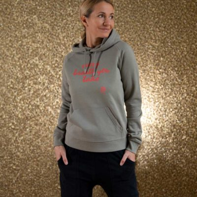 Frau mit Sweatshirt Hoodie Oliv mit Aufdruck Every Breath you take. Von Natural Born Yogi