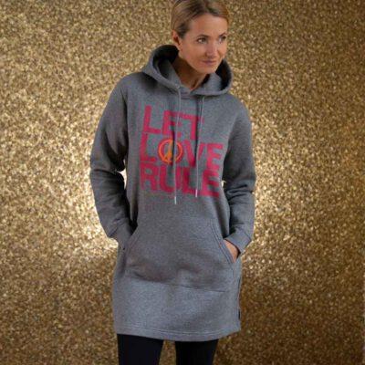 frau mit grauem sweatshirtkleid mit let love rule aufdruck