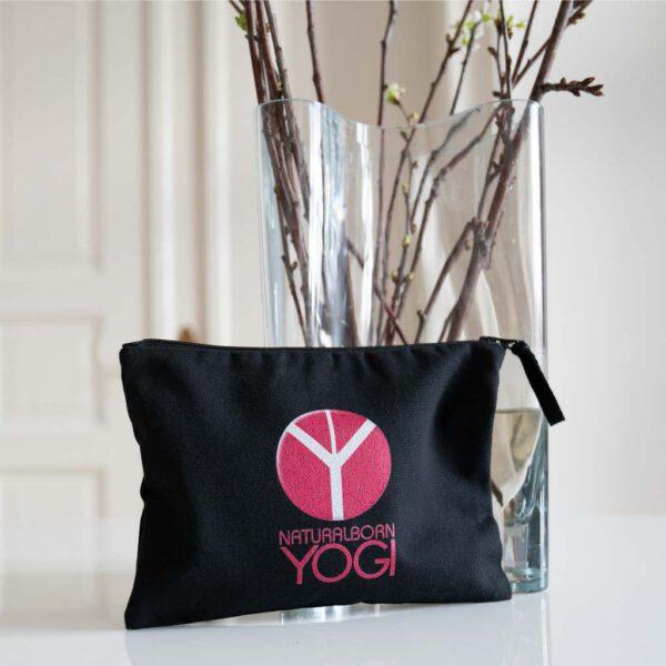 Schwarze Stoffclutch mit Aufdruck Natural Born Yogi.
