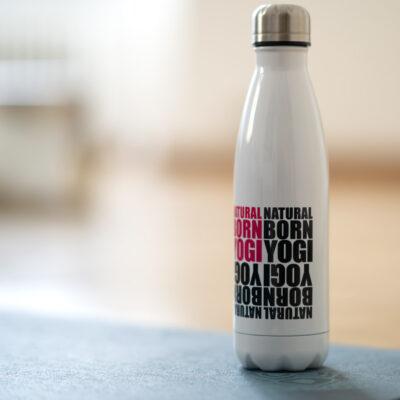 Trinkflasche mit Naturalbornyogi Aufdruck.