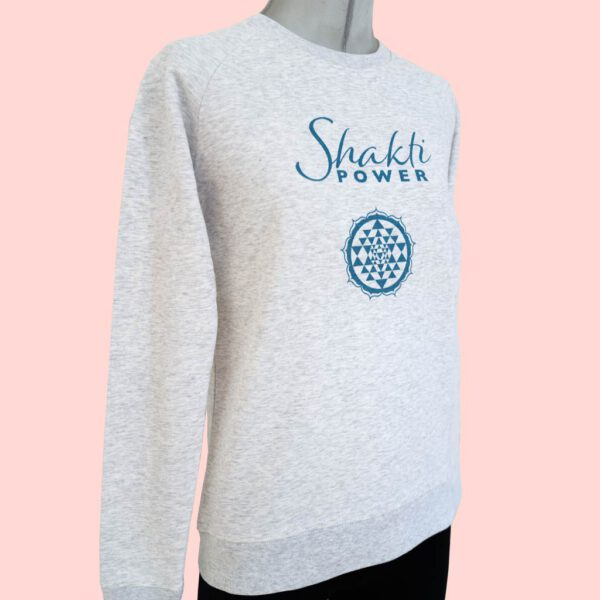 Damen Sweatshirt in Hellgrau mit Yoga Shakti Aufdruck von Natural Born Yogi.