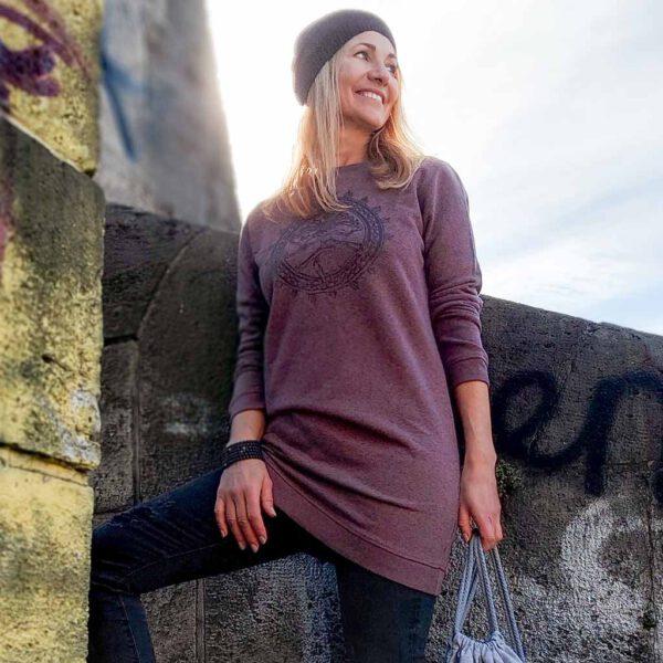 Sweatshirtkleid für Damen mit Shiva Aufdruck in Beerenfarbe von Naturalbonyogi.