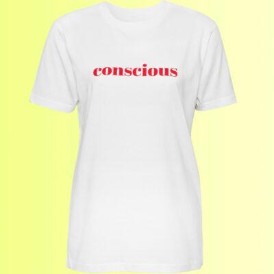 nachhaltiges weisses tshirt mit conscious aufdruck von naturalbornyogi