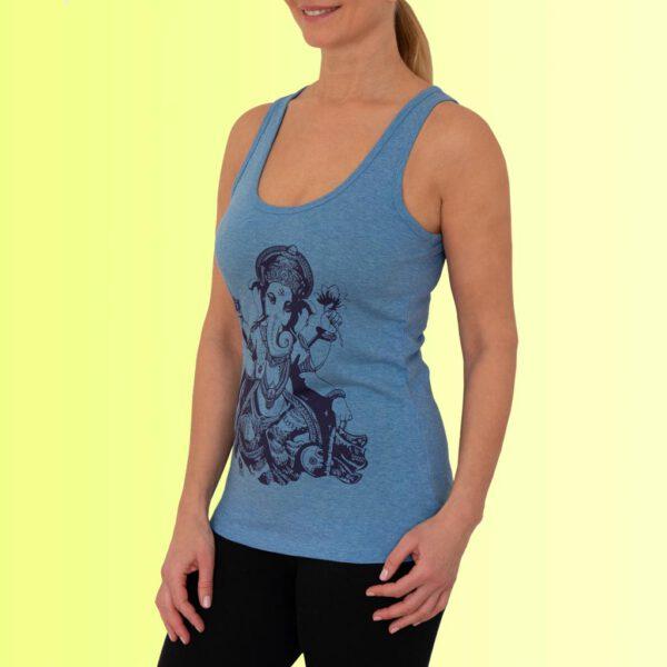 frau mit blauem yoga top mit ganesha aufdruck
